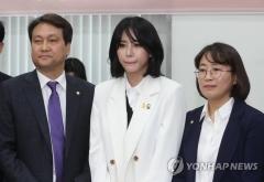 """국회 방문한 윤지오…여야 """"외롭지 않도록 지키자"""""""