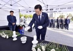 이용섭 광주광역시장, 세월호 참사 5주기 시민분양소 참배