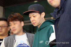 """'마약 혐의' 박유천 구속…법원 """"증거인멸·도주 우려"""""""
