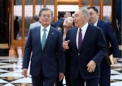 카자흐 마지막 일정 소화한 문 대통령, 초대 대통령과 '한반도 비핵화' 논의