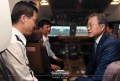 서울공항에 도착한 문재인 대통령이 늦게 하기한 이유는?
