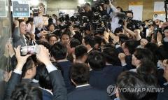 민주-한국, 국회서 몸싸움 밀땅…'으쌰으쌰'·'헌법수호'·'나가라'
