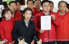 """나경원 """"한국당 회의장 점거는 불법에 저항하려는 일"""""""