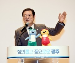 이용섭 광주광역시장, '수영대회 서포터즈 교육' 참석