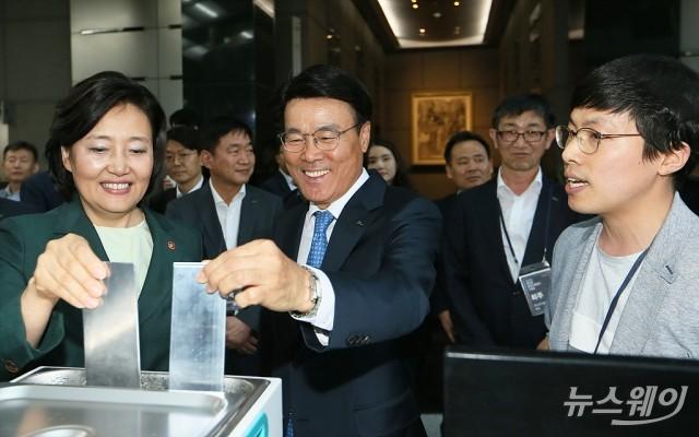 [NW포토]벤처기업기술 시연하는 박영선 장관과 최정우 회장