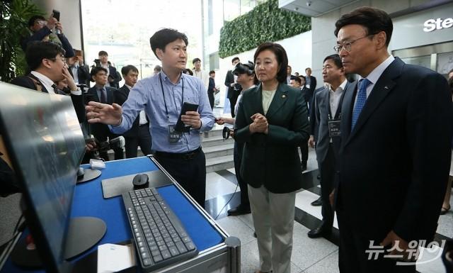 [NW포토]벤처기업 기술에 큰 기대감 보이는 박영선 장관과 최정우 포스포 회장