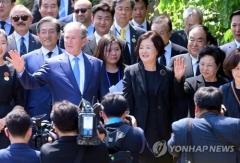 부시·김정숙 등 '노무현 10주기' 추도식 참석…추모객 1만명