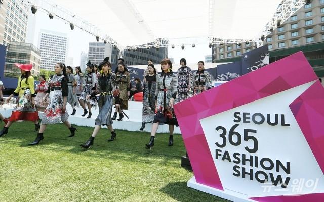 [NW포토]서울365스트리트 패션쇼…'잔디밭 런웨이'