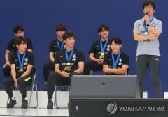 U-20 월드컵 태극전사들의 유쾌한 환영식…'즉석 헹가래'