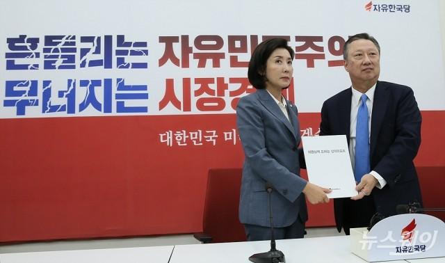 [NW포토]박용만 회장, 자유한국당 예방해 경제 활성화 및 규제개혁 관련 법안에 대한 리포트 전달