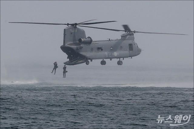 [NW포토]대규모 해상 재난을 대비한 공군·해군·해경 '조난자 합동 탐색구조훈련'