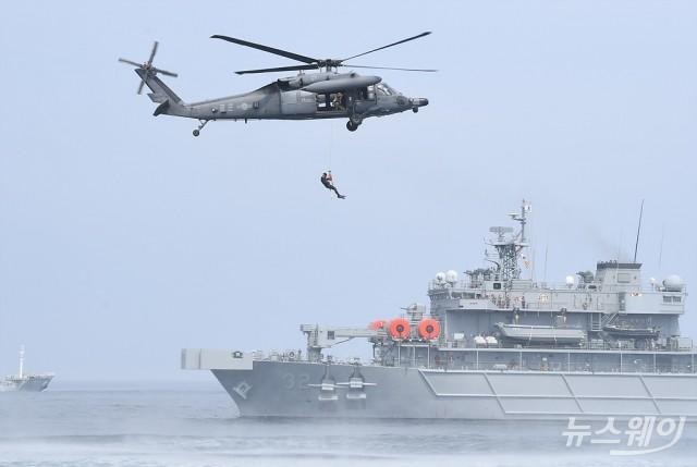 [NW포토]'해상 조난자 합동 탐색구조훈련'
