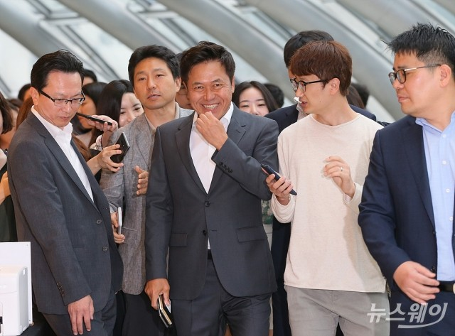 [NW포토]5G+ 전략위원회 회의 참석하는 박정호 SKT 사장