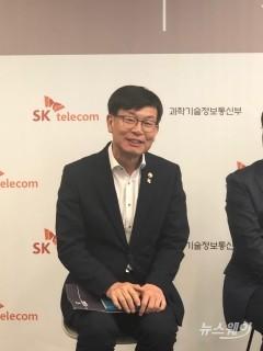 """SKT 스마트오피스 찾은 김상조 """"첨단기술·사회적 가치 공존하는 공간"""""""