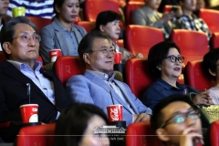 文대통령 부부, 靑 참모들과 용산 극장서 영화 기생충 관람