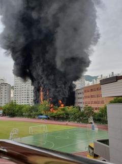 """서울 은평구 초등학교서 화재···소방당국 """"현재까지 인명피해無"""""""