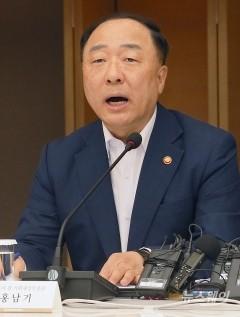 """홍남기 """"디플레이션으로 판단하기에는 이르다"""""""
