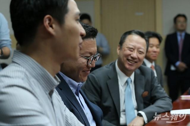 [NW포토]규제완화에 환한 미소 보이는 박용만 회장