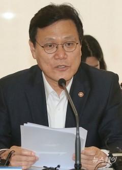 """'조국 편법증여 의혹'에 최종구 """"사모펀드로 세금 회피 불가"""""""