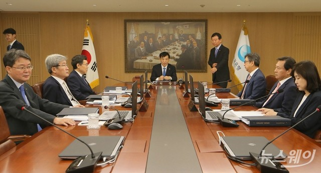 [NW포토]금통위 주재하는 이주열 한은 총재…'기준금리 인하?'