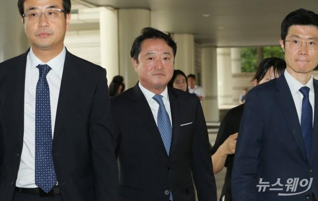 [NW포토]'차명주식' 허위신고 혐의 '이웅열 전 코오롱 회장' 1심 선고공판 출석