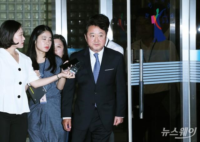 [NW포토]1심선고공판 마치고 나오는 이웅열 전 코오롱 회장