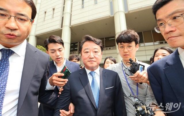 [NW포토]벌금형 선고 받고 나서는 이웅열 전 코오롱 회장