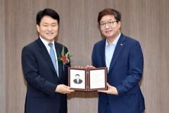 염태영 수원시장, 이금로 수원고검장에 '명예시민증서' 수여