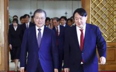 """문 대통령, 윤석열에 임명장 수여…""""권력 눈치 안보는 자세 지켜달라"""""""