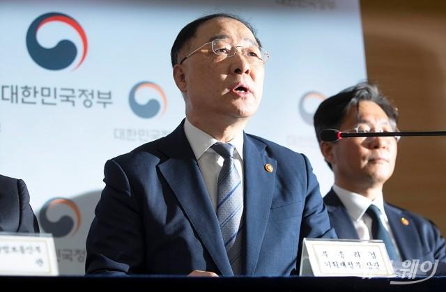 [NW포토]일본의 '경제보복'에 정부입장 밝히는 홍남기 경제부총리