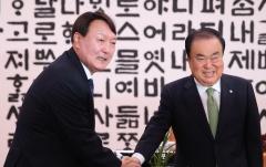 """국회 찾은 윤석열…野 """"공정수사 당부"""""""