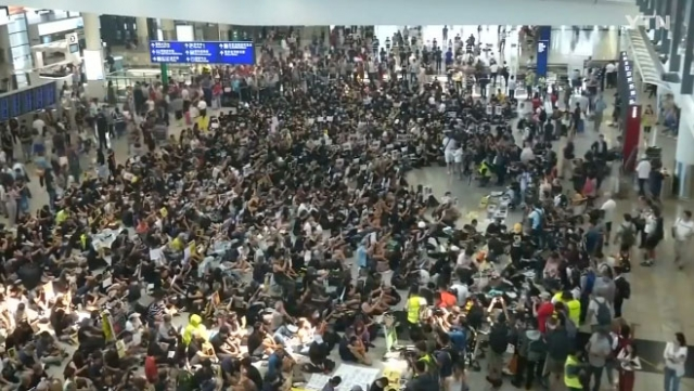 홍콩 주말 집회서 경찰·시위대 충돌…친중파 '레넌벽' 훼손