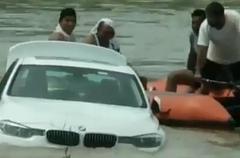 """""""BMW 싫어, 재규어 사줘""""…선물로 받은 차 강물에 넣은 인도 청년"""