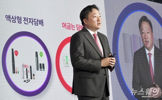 [NW포토]혁신 담은 전자담배 '글로 센스' 소개하는 김의성 대표