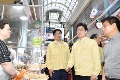 조명래 환경부 장관·염태영 수원시장, 수원시 '폭염대응 사업 현장' 점검