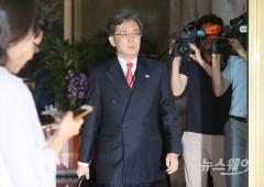회동 마치고 정부서울청사에서 나오는 김현종