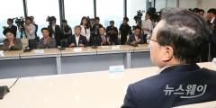 5개 자영업단체장 발언 경청하는 손태승 우리은행장