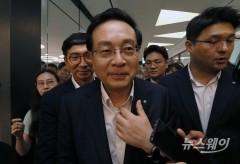 취재진의 질문 피해 이동하는 손태승 우리금융 회장