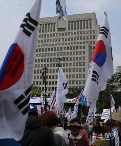 '박근혜 전 대통령 상고심' 대법원 앞에 모인 '태극기'