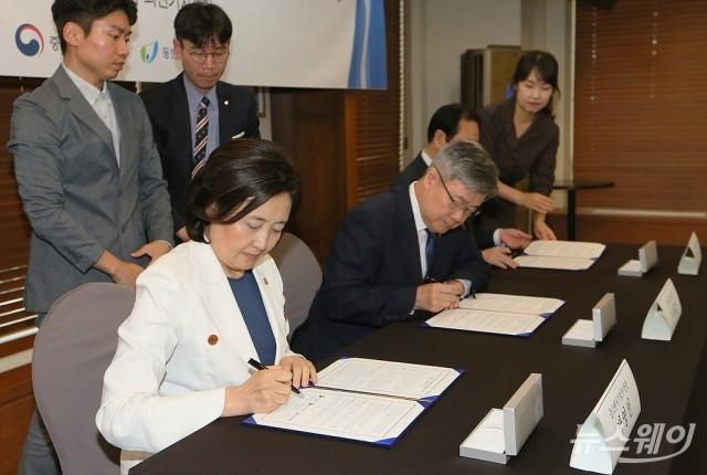[NW포토]협약서에 서명하는 박영선-이재갑-권기홍