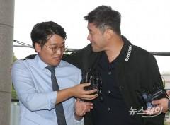 최민수 선고 공판출석…취재진 질문에 '어깨 손'