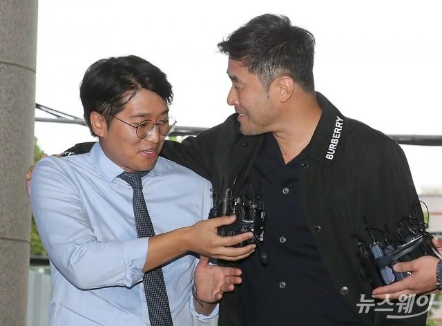 [NW포토]최민수 선고 공판출석…취재진 질문에 '어깨 손'