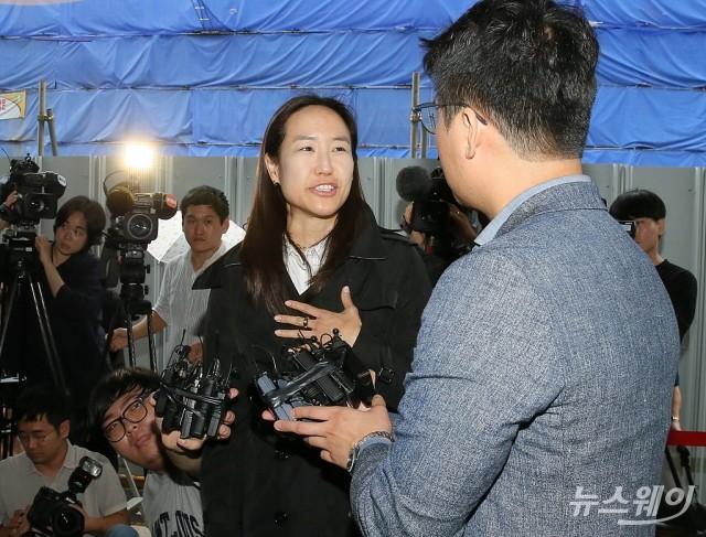 [NW포토]보복운전 혐의 최민수 재판 참석하는 강은주