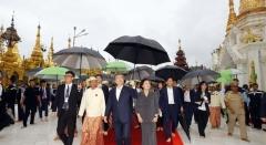 """미얀마 성지 쉐다곤 파고다 방문한 문 대통령 """"부처님 가르침 배워"""""""