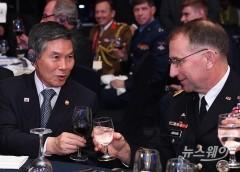 건배하는 국방부 장관과 주한미군사령관