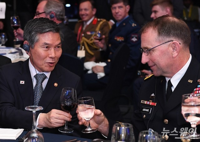 [NW포토]건배하는 국방부 장관과 주한미군사령관