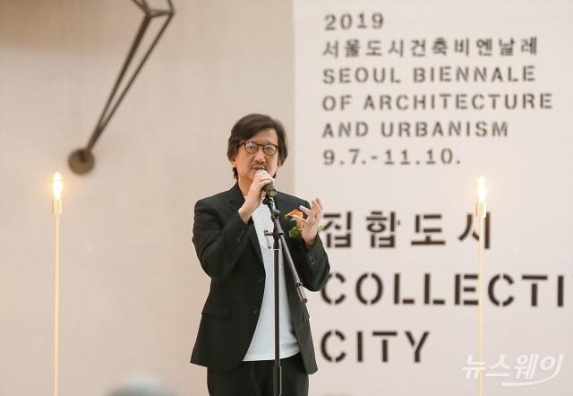 [NW포토]'2019 서울도시건축비엔날레' 환영사하는 임재용 총감독
