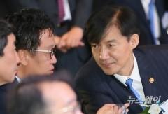 민병두 정무위원장과 대화하는 조국 장관