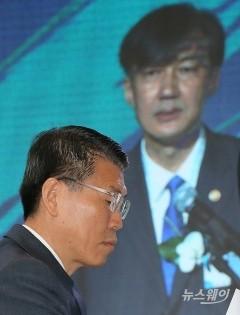 조국 장관의 축사 경청하는 은성수 금융위원장