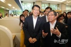 금감원 일본 수출규제 피해기업 상담센터 둘러보는 은성수 금융위원장